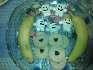 We finished off with Jammie Dodgers, Jelly Babies, marshmallow Adipose, and bananas . . . because you should always take a banana to a party!